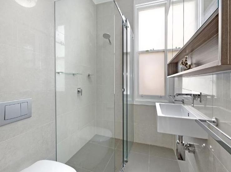 Suggerimenti su come ristrutturare un bagno stretto e lungo