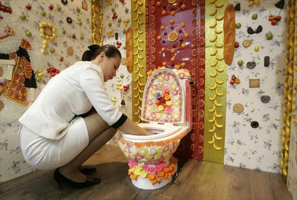 I gabinetti pi strani del mondo classifica wc pi strani - Ragazze al bagno ...