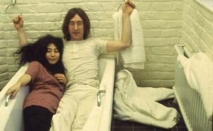 personaggi famosi in vasca da bagno - Yoko Ono e John Lennon