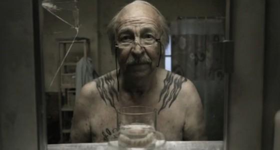 Le miroir storia di un uomo davanti allo specchio del bagno - Occhiali per truccarsi allo specchio ...