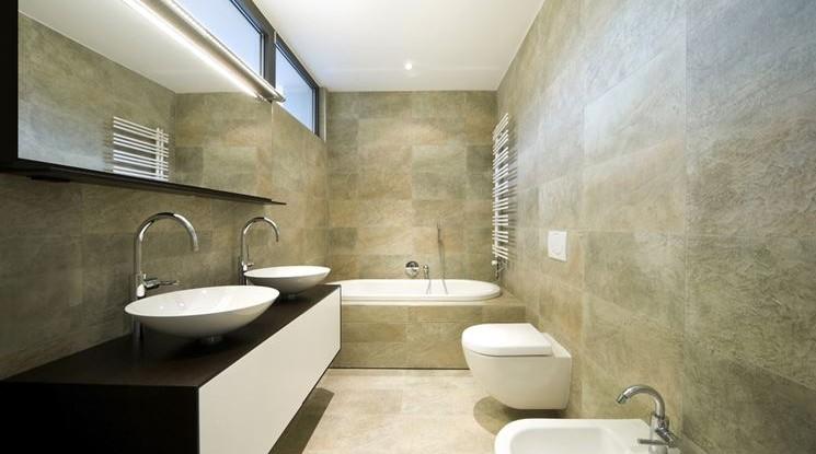 Come ristrutturare un bagno lungo e stretto for Grandi bagni padronali