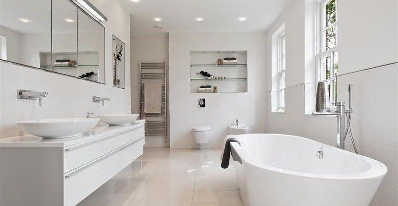 Come arredare un bagno bianco - Bagno arancione e bianco ...